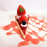 εξυπηρετούμενο λευκό φραουλών κέικ ανασκόπησης πιάτο Στοκ φωτογραφία με δικαίωμα ελεύθερης χρήσης