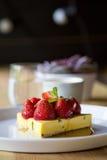 εξυπηρετούμενο λευκό φραουλών κέικ ανασκόπησης πιάτο Στοκ φωτογραφίες με δικαίωμα ελεύθερης χρήσης