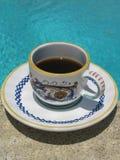 Εξυπηρετούμενο καφές poolside Espresso στα ιταλικά κεραμικό φλυτζάνι με το κλασικό εκλεκτής ποιότητας σχέδιο Στοκ φωτογραφία με δικαίωμα ελεύθερης χρήσης