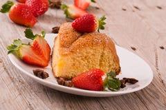 εξυπηρετούμενο λευκό φραουλών κέικ ανασκόπησης πιάτο Στοκ Φωτογραφία
