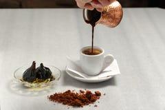 Εξυπηρετώντας αρχικός ελληνικός καφές στοκ εικόνες