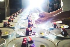 Εξυπηρετώντας επιδόρπια μαγείρων συγκομιδών Στοκ φωτογραφία με δικαίωμα ελεύθερης χρήσης