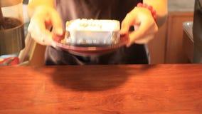 Εξυπηρετώντας κέικ φλυτζανιών τυριών βακκινίων απόθεμα βίντεο