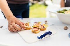 Εξυπηρετώντας καναπεδάκια σολομών μαγείρων ceviche Στοκ φωτογραφία με δικαίωμα ελεύθερης χρήσης