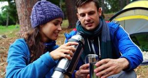 Εξυπηρετώντας καφές γυναικών οδοιπόρων στο σύζυγό της φιλμ μικρού μήκους