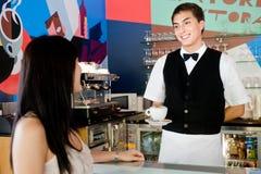 Εξυπηρετώντας καφές σερβιτόρων Στοκ Φωτογραφίες