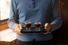 Εξυπηρετώντας καφές espresso Barista Στοκ Εικόνα