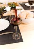 εξυπηρετώντας κρασί Στοκ εικόνα με δικαίωμα ελεύθερης χρήσης