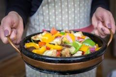 Εξυπηρετώντας μικτή Brasied σαλάτα πιπεριών Στοκ Εικόνες