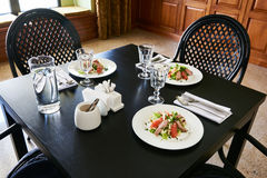 Εξυπηρετώντας πίνακας γευμάτων για τρεις ανθρώπους στον καφέ Στοκ φωτογραφία με δικαίωμα ελεύθερης χρήσης