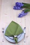 Εξυπηρετώντας πίνακας με την πετσέτα και το λουλούδι Στοκ Εικόνες