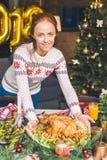 Εξυπηρετώντας πίνακας Χριστουγέννων γυναικών με το κοτόπουλο Στοκ φωτογραφίες με δικαίωμα ελεύθερης χρήσης