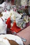 Εξυπηρετώντας πίνακας Χριστουγέννων με τα ζωηρόχρωμα εξαρτήματα εορταστικός που τοποθετούνται Στοκ Εικόνες