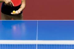 Εξυπηρετώντας παιχνίδι επιτραπέζιας αντισφαίρισης αθλητικών παικτών Στοκ Εικόνες