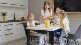Εξυπηρετώντας τρόφιμα προγευμάτων μητέρων για την οικογένεια απόθεμα βίντεο