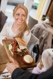 Εξυπηρετώντας τρόφιμα σερβιτόρων στο θηλυκό πελάτη Στοκ εικόνες με δικαίωμα ελεύθερης χρήσης