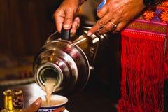 Εξυπηρετώντας τσάι από το εμπορευματοκιβώτιο Στοκ Φωτογραφία