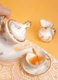 εξυπηρετώντας τσάι Στοκ φωτογραφίες με δικαίωμα ελεύθερης χρήσης
