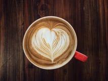 Εξυπηρετώντας φλυτζάνι της αγάπης, καφές τέχνης καρδιών αγάπης latte Στοκ Εικόνες