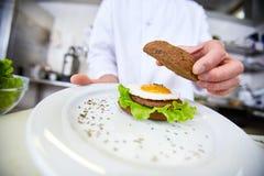 Εξυπηρετώντας burger Στοκ φωτογραφία με δικαίωμα ελεύθερης χρήσης
