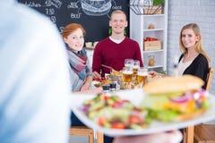 Εξυπηρετώντας cheeseburger προσώπων με τη σαλάτα Στοκ Φωτογραφία