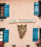 Εξυπηρετώντας restaurnat πρόσοψη κρασιού Στοκ Εικόνες