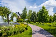 εξωραϊσμός κήπων μονοπάτι κήπων Όμορφη πλάτη Στοκ φωτογραφία με δικαίωμα ελεύθερης χρήσης