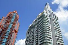 Εξωτερικά δύο του σύγχρονου ουρανοξύστη Condos στοκ εικόνα με δικαίωμα ελεύθερης χρήσης