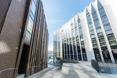 Εξωτερικές, σύγχρονες κατασκευές γραφείων Στοκ εικόνα με δικαίωμα ελεύθερης χρήσης