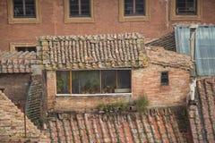 Εξωτερική άποψη μιας σοφίτας σε ένα αρχαίο σπίτι στη Σιένα, Τοσκάνη, Ιταλία Στοκ εικόνα με δικαίωμα ελεύθερης χρήσης