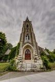 Εξωτερική άποψη σχετικά με το φράκτη νεφελώδους πρωινού & επεξεργασμένου σιδήρου - εγκαταλειμμένη εκκλησία - Νέα Υόρκη Στοκ Εικόνες