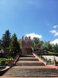 εξωτερική άποψη της καθολικής εκκλησίας το Calvary της πόλης Metepec, στο Μεξικό, μια ηλιόλουστη ημέρα στοκ εικόνα