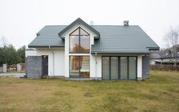 Εξωτερική άποψη του αποσυνδεμένου σπιτιού Στοκ φωτογραφία με δικαίωμα ελεύθερης χρήσης
