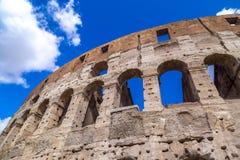 Εξωτερική άποψη του αρχαίου ρωμαϊκού Colosseum στη Ρώμη στοκ φωτογραφία