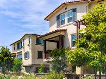 Εξωτερική άποψη του κατοικημένου κτηρίου που περιβάλλεται από τα δέντρα και τους φράκτες  Sunnyvale, περιοχή κόλπων του Σαν Φρανσ στοκ φωτογραφίες