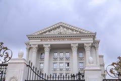 Εξωτερική άποψη του μακεδονικού κυβερνητικού κτηρίου στα Σκόπια Στοκ φωτογραφία με δικαίωμα ελεύθερης χρήσης