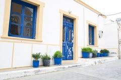 Εξωτερική διακόσμηση των λουλουδιών και των δοχείων στο ελληνικό ύφος Στοκ Εικόνα