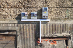 Εξωτερική διανομή των ηλεκτρικών μετρητών σε έναν τοίχο στοκ εικόνες