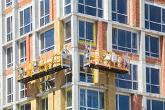Εξωτερική μόνωση θερμότητας τοίχων σπιτιών με το ορυκτό μαλλί, που χτίζει κάτω από την κατασκευή στοκ εικόνες με δικαίωμα ελεύθερης χρήσης