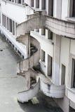 Εξωτερική παλαιά σπειροειδής σκάλα στοκ φωτογραφίες