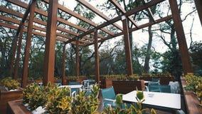 Εξωτερική περιοχή εστιατορίων στο ξύλινο μέρος θερέτρου στο πάρκο δασικών δέντρων απόθεμα βίντεο
