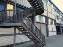Εξωτερική σκάλα χάλυβα, σύγχρονη βιομηχανική αρχιτεκτονική Στοκ Φωτογραφία