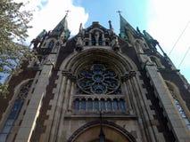 Εξωτερική χαμηλή γωνία που πυροβολείται ενός όμορφου καθεδρικού ναού με τα σύννεφα στο μπλε ουρανό στο υπόβαθρο στοκ εικόνες