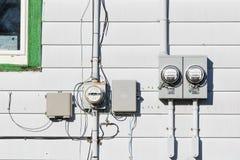 Εξωτερικοί μετρητές πινάκων χρησιμότητας τοίχων και πτώση τηλεφωνικών γραμμών στοκ φωτογραφίες