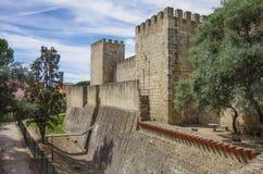 Εξωτερικοί τοίχος, τάφρος και πύργοι της Λισσαβώνας Castle (Castelo de Στοκ Εικόνες