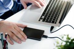Εξωτερικός εφεδρικός σκληρός δίσκος δίσκων που συνδέεται με το lap-top Στοκ εικόνα με δικαίωμα ελεύθερης χρήσης
