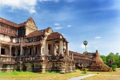 Εξωτερικός διάδρομος και βουδιστικό Stupa σε Angkor Wat, Καμπότζη Στοκ Εικόνες