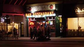 Εξωτερικός καθιερώνοντας πυροβολισμός νύχτας του εστιατορίου φραγμών του Μανχάταν απόθεμα βίντεο