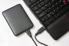 Εξωτερικός σκληρός δίσκος HDD που συνδέεται με το φορητό προσωπικό υπολογιστή Στοκ Φωτογραφία