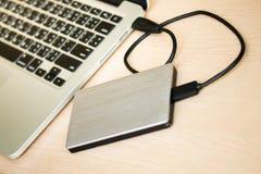 Εξωτερικός σκληρός δίσκος που συνδέεται με το φορητό προσωπικό υπολογιστή Στοκ εικόνα με δικαίωμα ελεύθερης χρήσης